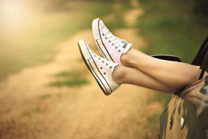 スニーカーを履いた足