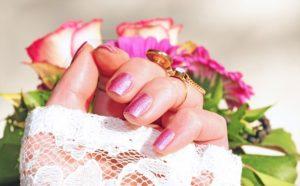 可愛いネイルをしている女性の手の写真