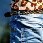 ジーンズを履いた女性の写真