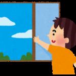 窓を開ける男性