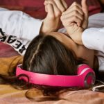 眠気に襲われている女性