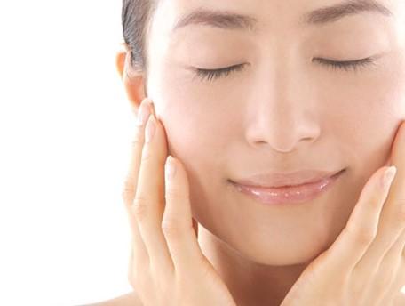 化粧水だけで保湿は十分?敏感肌の原因に?