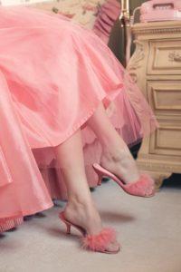 足を組んでいる女性