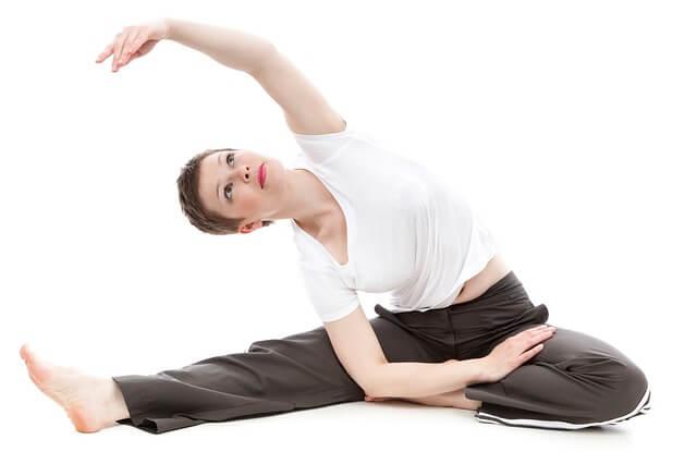 ストレッチをする女性の写真