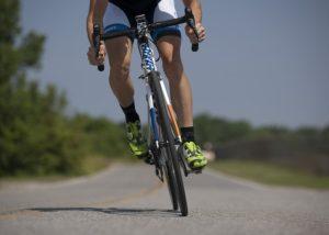 自転車をこいでいる男性