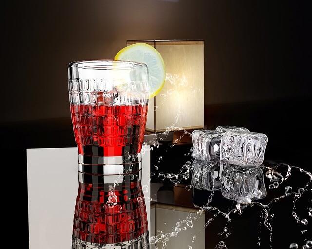 氷がいっぱい入った冷たいドリンクの写真