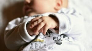 【赤ちゃんの耳が臭い!】耳の中・耳垢・片方が臭い原因と対策!