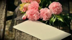 手紙と花束の写真